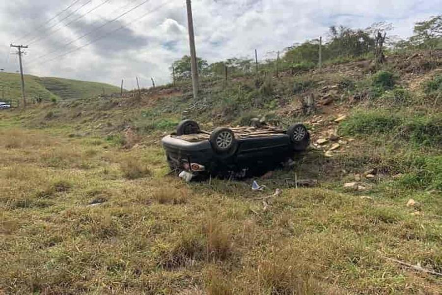 acidente-deixa-mulher-ferida-apos-carro-capotar-e-cair-as-margens-da-rodovia-1