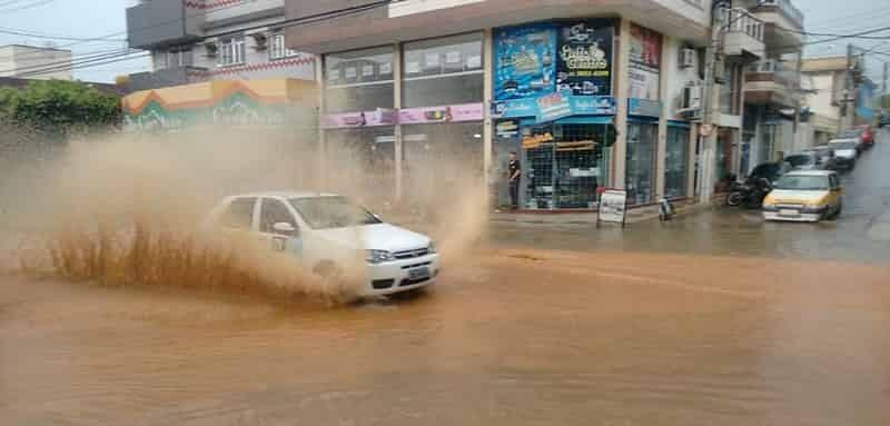 chuva-forte-desta-quinta-feira-inundou-varias-ruas-de-bom-jesus-do-itabapoana
