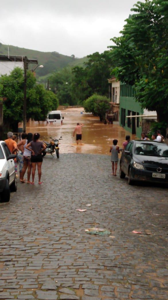 sao-joao-do-paraiso-distrito-de-cambuci-amanhece-alagado