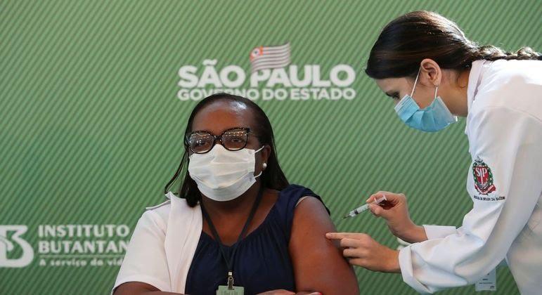 primeira-pessoa-e-vacinada-contra-covid-19-no-brasil